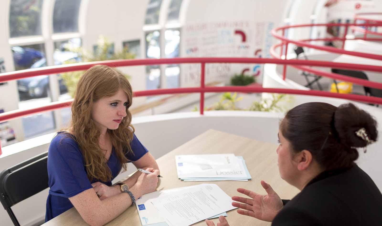 Un job-dating en cours, entre un jeune et un recruteur
