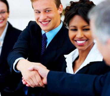 Des hommes et femmes d'affaires se serrent la main