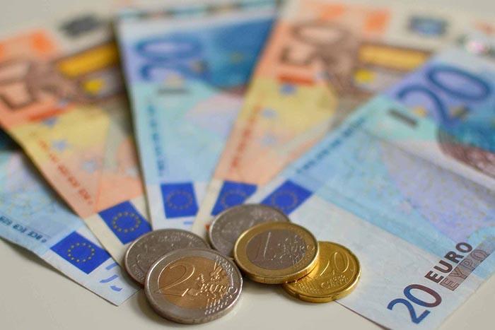 Des billets et pièces, en euro