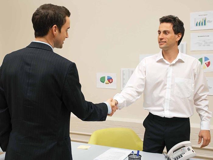 Un candidat et un recruteur se serrent la main