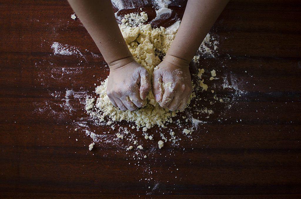 Des mains travaillent le pain