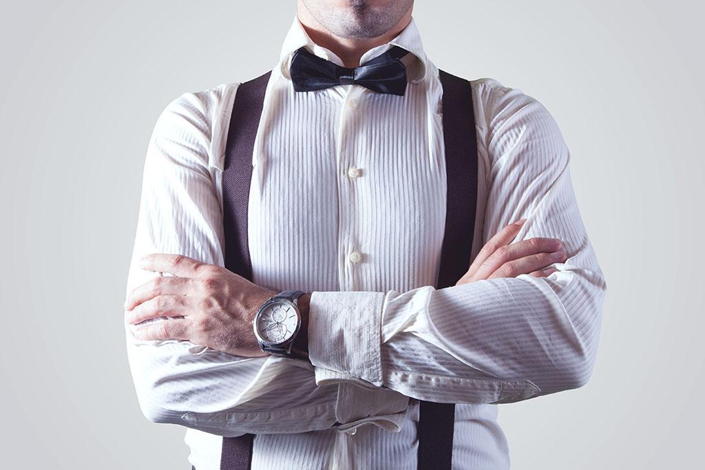 Un homme en chemise et bretelles