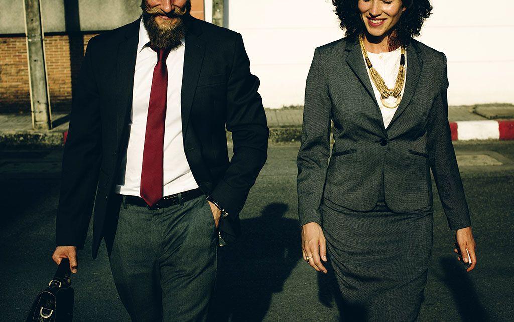 Un homme et une femme en tenue d'entretien