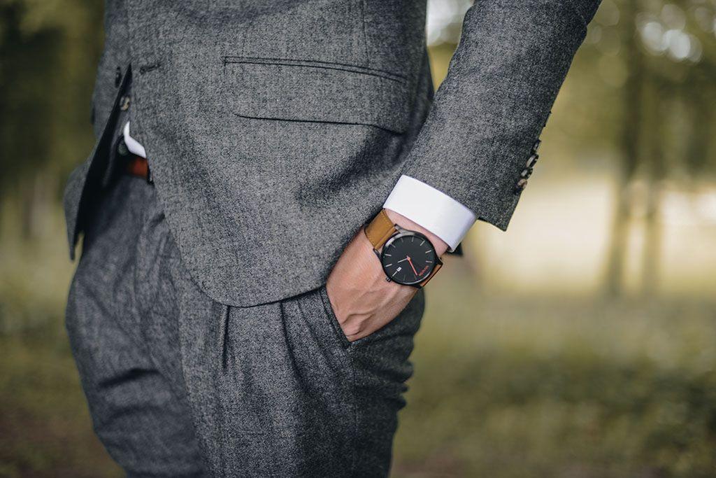 Un homme en costume, les mains dans les poches