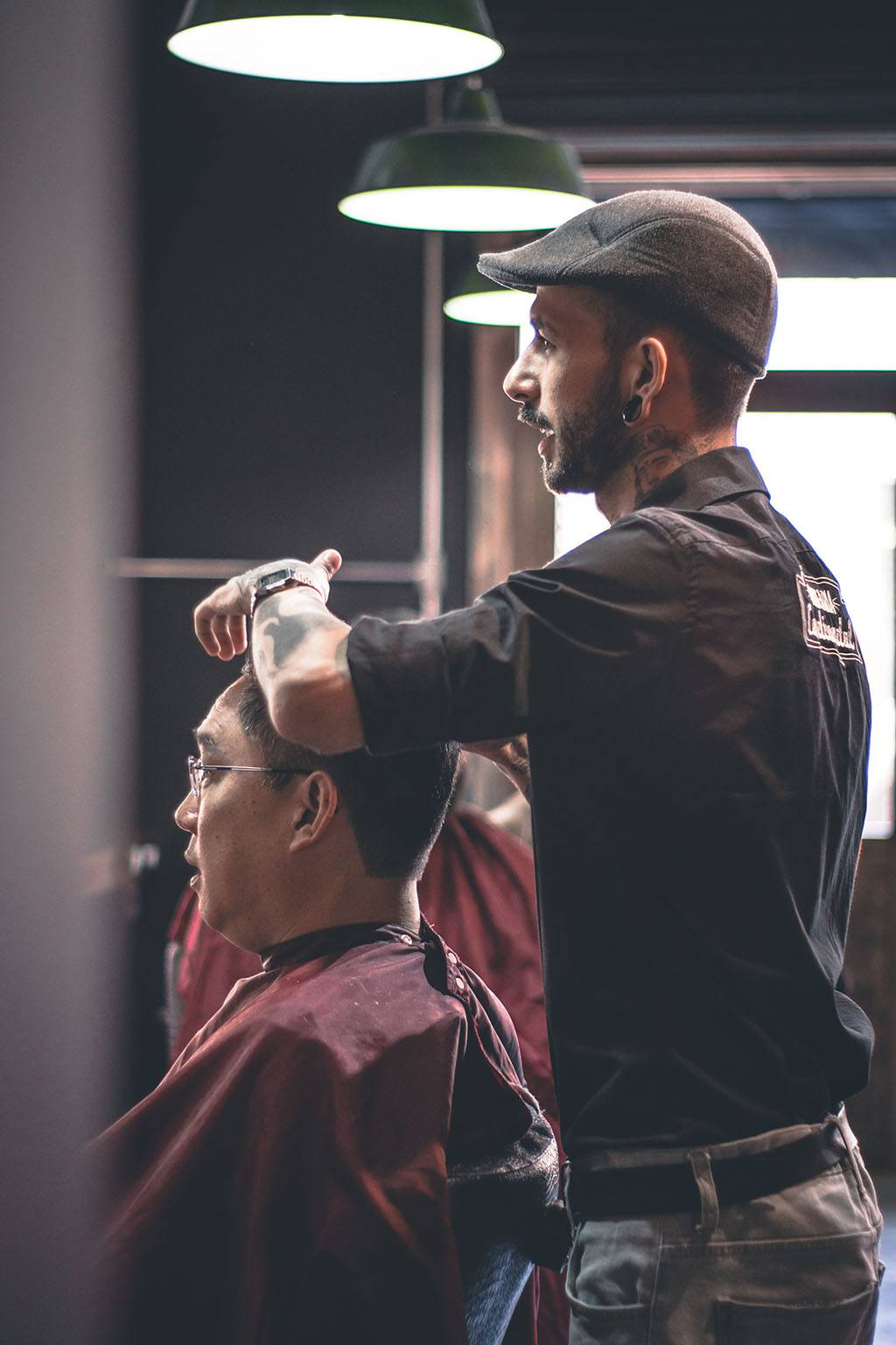 Un homme en coiffe un autre