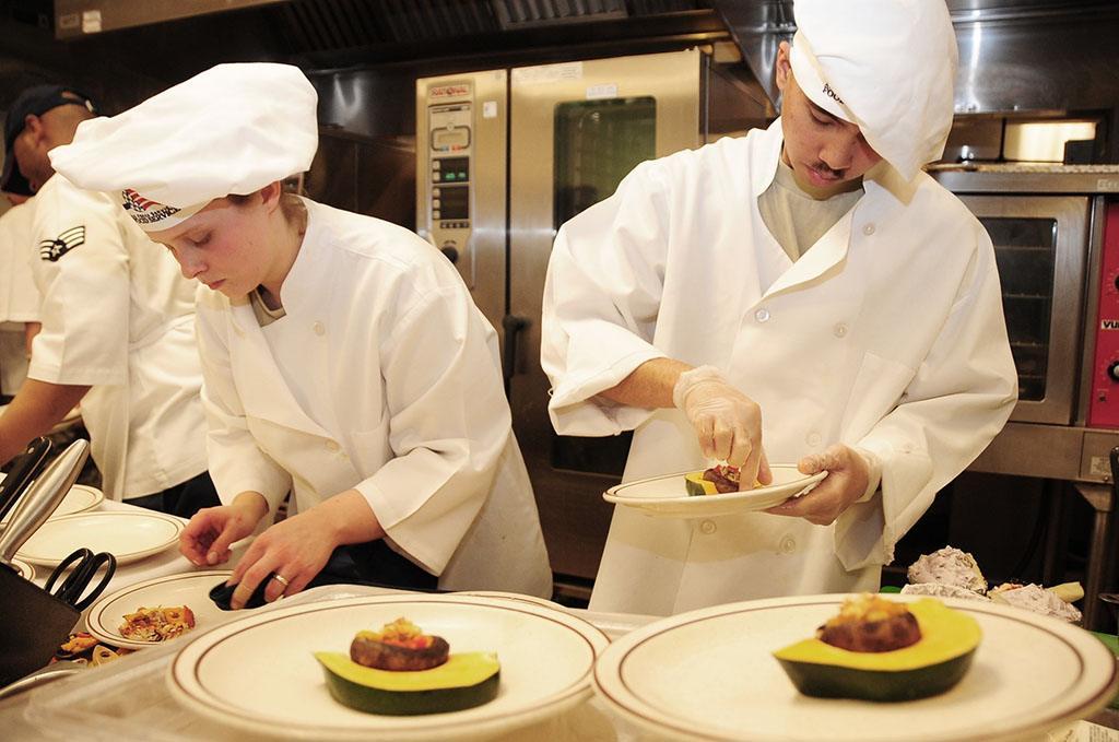 Des apprentis cuisiniers au travail