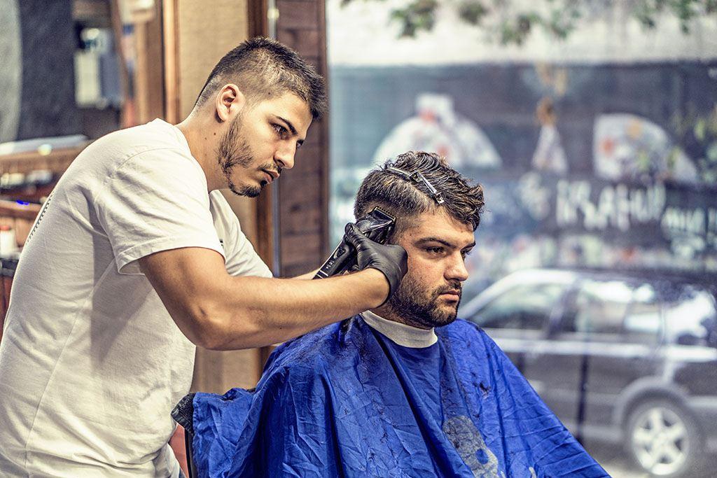 Un jeune coiffeur