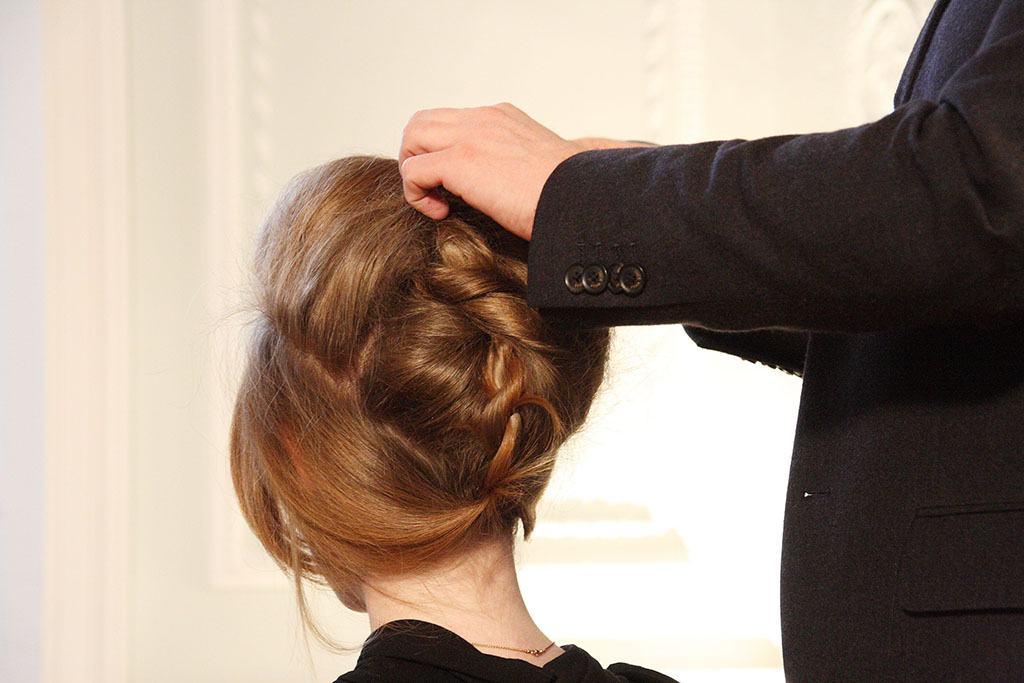 Une main coiffe des cheveux