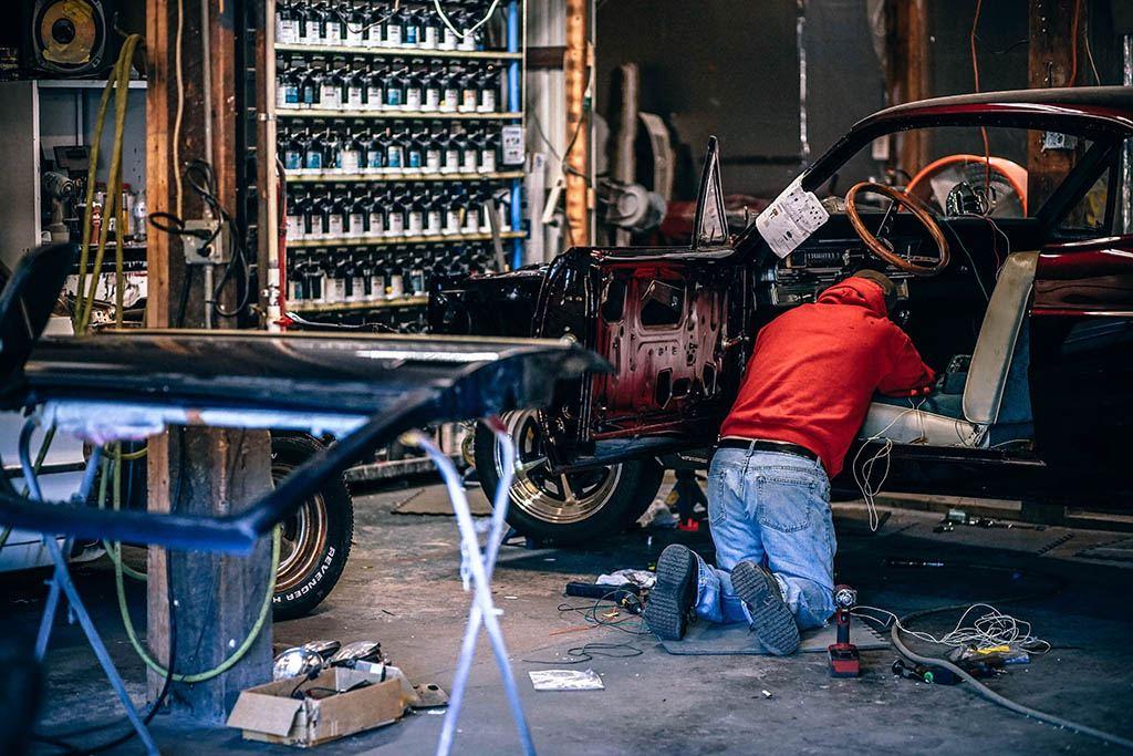 Un mécanicien travaille