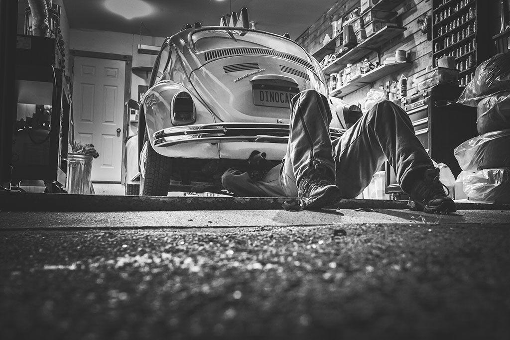 Un mécanicien couché sous une voiture