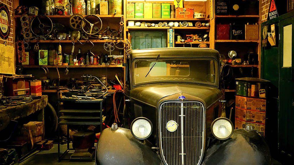 Une voiture dans un atelier mecano