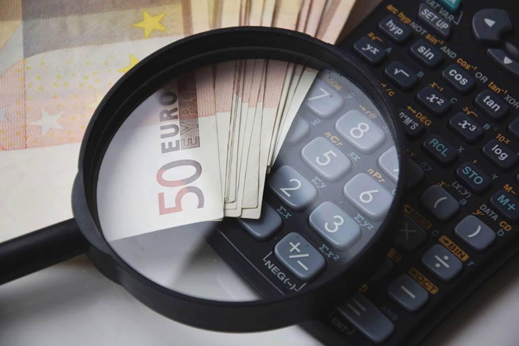 Une loupe, une calculatrice et de l'argent