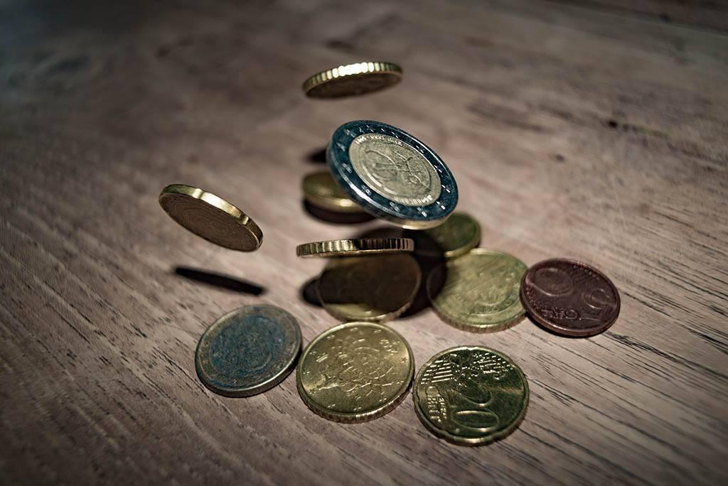Des pièces de monnaie tombent