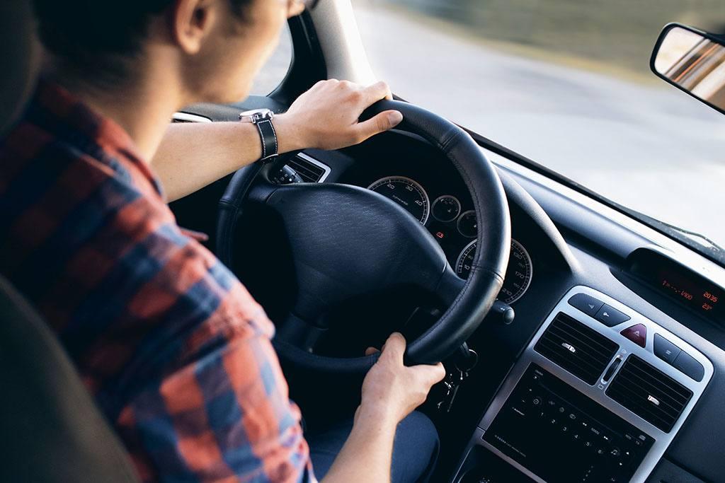 Un apprenti conduit une voiture