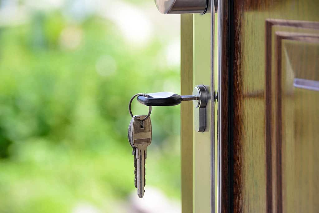 Des clés sur la porte d'un logement