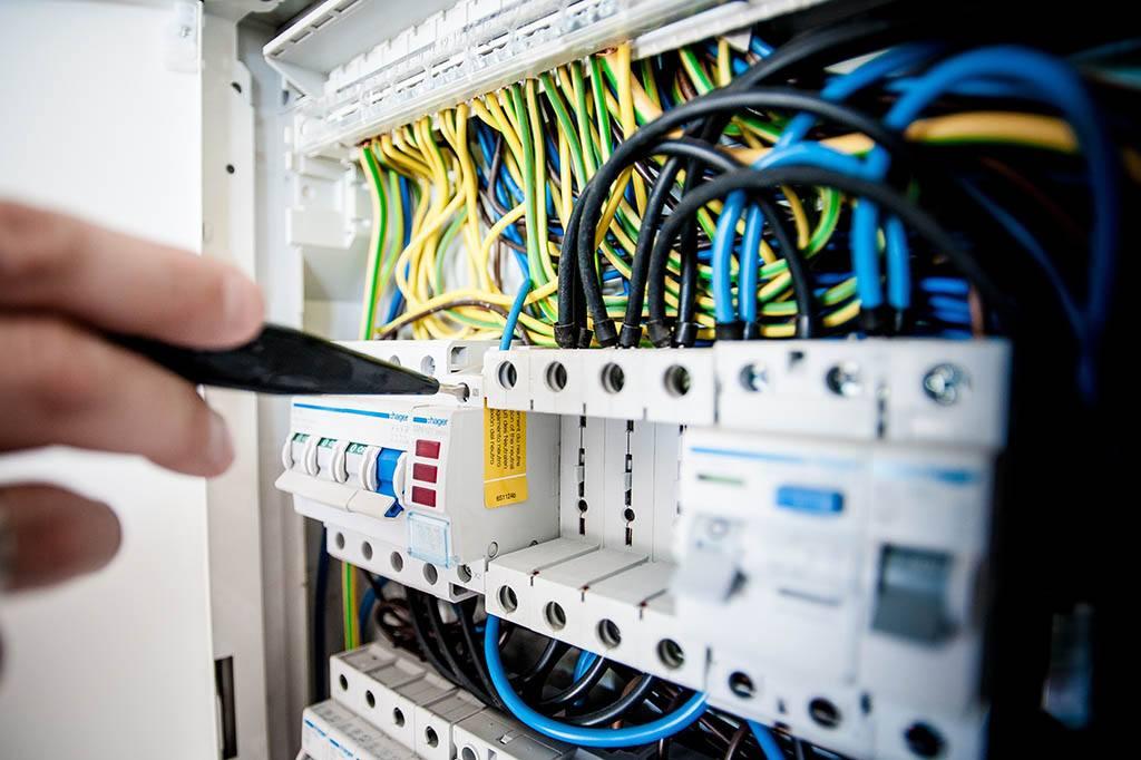 Apprentie électricienne