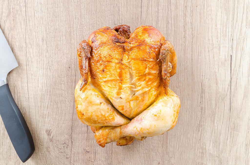 Un poulet prêt à être coupé