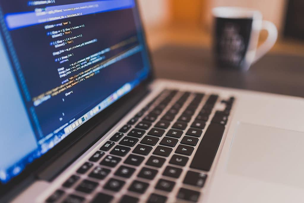 Un ordinateur avec du code