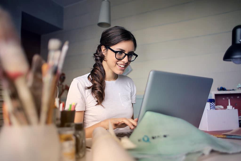 Une jeune fille en apprentissage en informatique