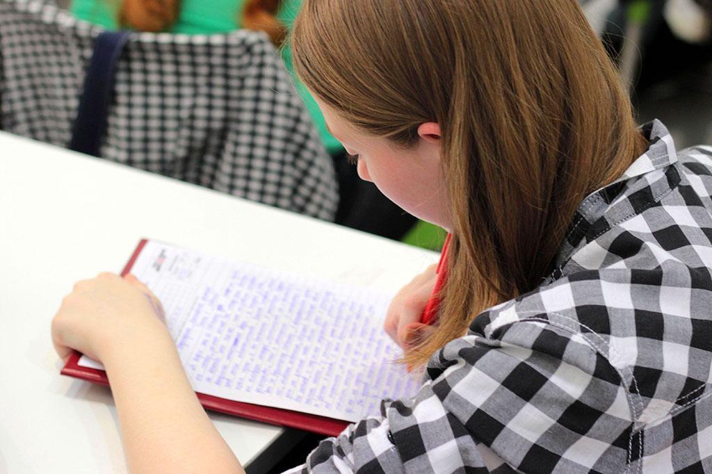 Une jeune en prepa apprentissage étudie